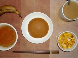 塩キャラメルパンケーキ,トマトスープ,フライドオニオン入りスクランブルエッグ,バナナ,コーヒー
