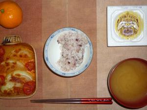 胚芽押麦入り五穀米,納豆,トマトと玉葱のトマトのオーブン焼き,ワカメのおみそ汁,みかん