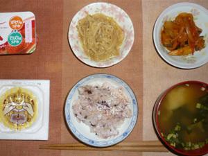 胚芽押麦入り五穀米,納豆,もやしのわさび醤油和え,野菜炒めトマト味,ワカメとほうれん草のおみそ汁,ヨーグルト