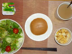 塩キャラメルパンケーキ,サラダ(キャベツ、レタス、玉葱、トマト),フライドオニオン入りスクランブルエッグ,ヨーグルト,コーヒー