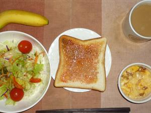 イチゴジャムトースト,サラダ(キャベツ、レタス、人参、トマト)青紫蘇・オリーブオイル,フライドオニオン入りスクランブルエッグ,バナナ,コーヒー