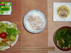 胚芽押麦入り五穀米,納豆,サラダ(キャベツ、レタス、トマト),ほうれん草とワカメのおみそ汁,ヨーグルト