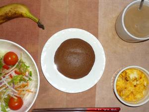 チョコパンケーキ,サラダ(キャベツ、レタス、大根、トマト),フライドオニオン入りスクランブルエッグ,バナナ,コーヒー
