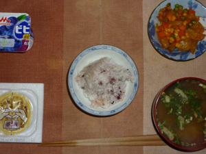 胚芽押麦入り五穀米,納豆,玉葱とミックスベジタブルのトマトソース煮込み,ほうれん草と油揚げのおみそ汁,ヨーグルト