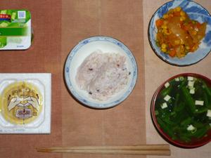 胚芽押麦入り五穀米,納豆,玉葱とミックスベジタブルのトマトソース炒め,ほうれん草と長葱のおみそ汁,ヨーグルト