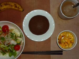 チョコパンケーキ,サラダ(キャベツ、レタス、玉葱、トマト)青紫蘇・オリーブオイル,フライドオニオン入りスクランブルエッグ,バナナ,コーヒー