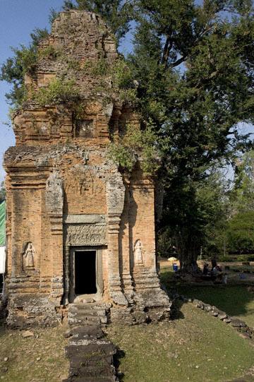 blog 233 Cambodia, Siam Reap, Roluos Group (Lolei, Preah Ko, Bakong) Bakong_DSC0014-12.4.13.(2).jpg