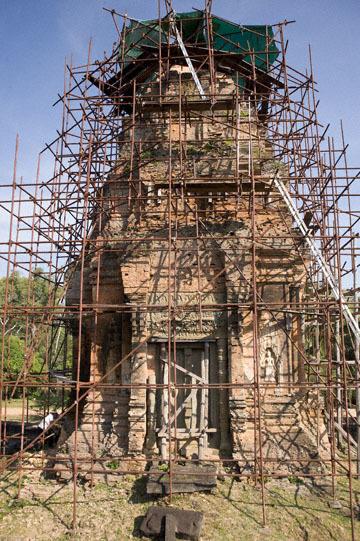 blog 233 Cambodia, Siam Reap, Roluos Group (Lolei, Preah Ko, Bakong) Bakong_DSC0028-12.4.13.(2).jpg