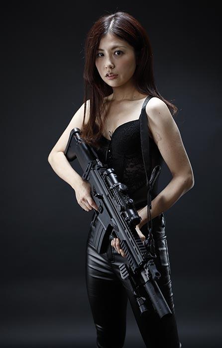 智美:黒ビスチェ2