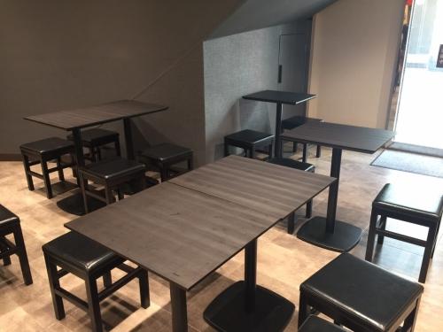 新世界通天閣付近朝日劇場に天ぷら天丼専門店ふかみ店内テーブル席