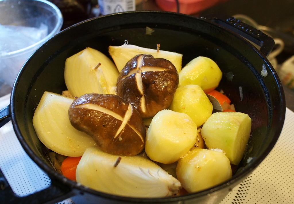 ■ 野菜とチキンの蒸し煮 by ストウブ