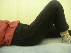 椅子に座っていて立つ時右股関節と大腿部を負傷