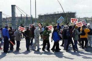C20jCzqVIAA6Q3Oゲート前で約60人抗議