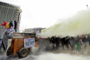 img_8962149a8875ec4809087ceeff5dd23c138570酪農家が粉ミルク噴射で抗議