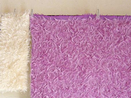 No.0005左:染める前の白いモヘア、右:染めた後のピンクのモヘア 乾燥中