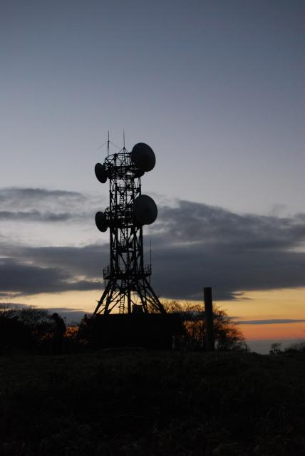 六甲山頂の電波塔_東の空が明るくなってきた