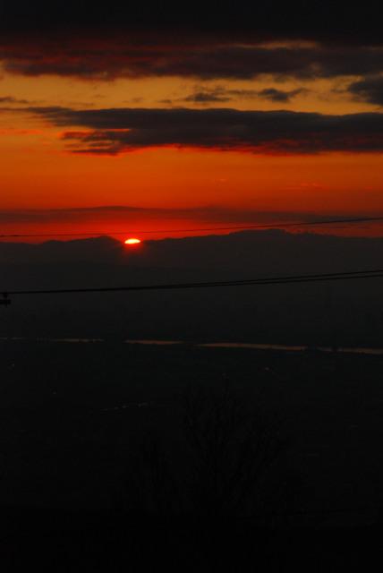 六甲山頂から初日の出_雲の上に上がった太陽