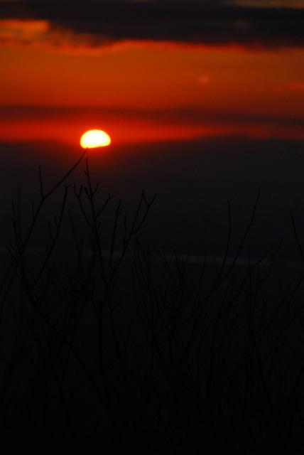 六甲山頂から初日の出_雲の上に昇った太陽
