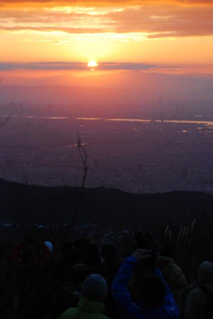 六甲山頂で初日の出の写真をスマホで撮る人々