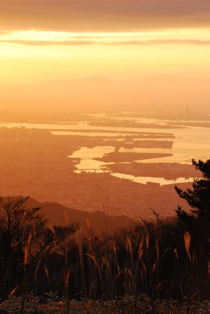 六甲山頂で初日の出_朝日を反射する大阪湾