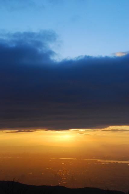 六甲山頂から初日の出_雲に隠れた太陽から光が差し込む