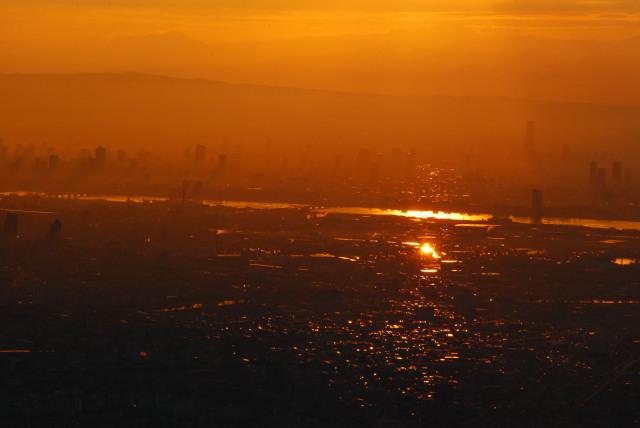 六甲山頂からの眺め_朝焼けを反射する淀川