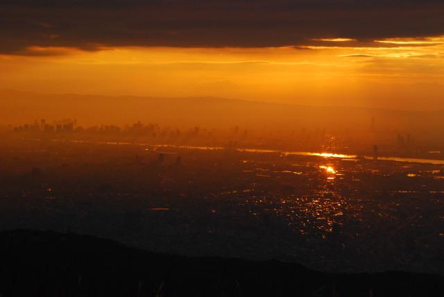 六甲山頂からの眺め_朝焼けに染まる大阪のビル