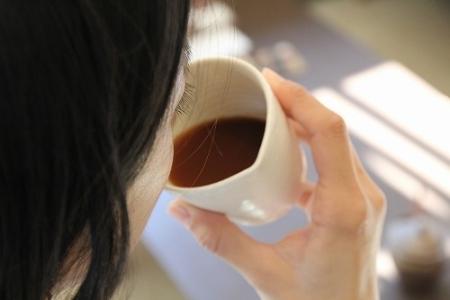 まずは陶器のカップでコーヒーを