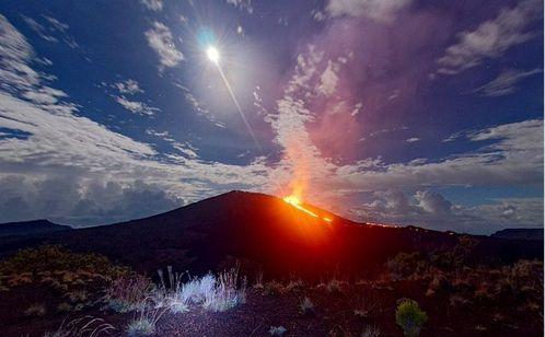 フランス領レユニオン島の「フルネーズ火山」が噴火…溶岩が噴き出す