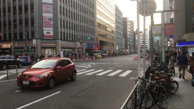 【地下】福岡でまたも道路が「陥没」…歩道に深さ1メートルの穴