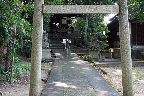 須佐之男神社鳥居と参拝の小学生