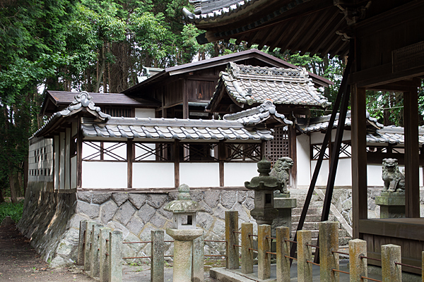 多度神社社殿を斜めから見る