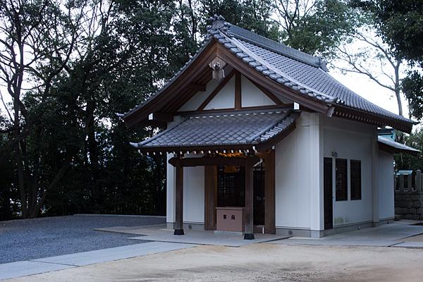 八剱神社拝殿斜めから