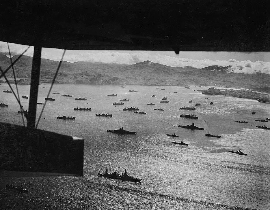 キスカ島に向かう前にアダック島に碇泊している米艦隊