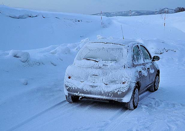 雪 積もりて 車