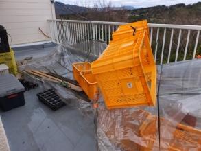 爆弾低気圧の防風被害で1階のベランダ簡易ビニールハウスが飛びました。2017.01.09
