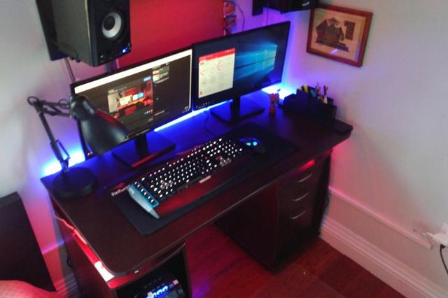 PC_Desk_MultiDisplay80_83.jpg
