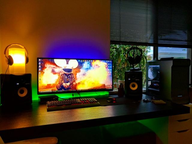 PC_Desk_UltlaWideMonitor16_69.jpg