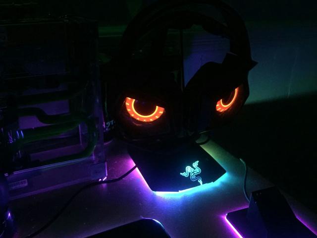 Razer_Headphone_Stand_Chroma_05.jpg